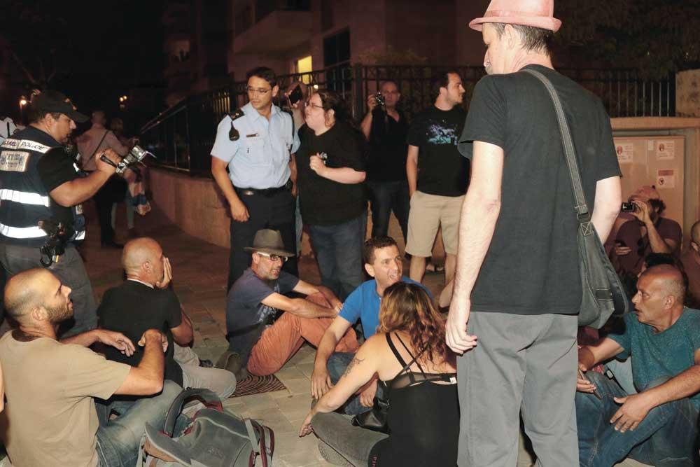 הפגנה נגד היועץ המשפטי בכפר גנים ג' צילום-ניר קידר