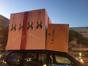 הניפו דגמי ענק של ארגזי שמפניה ורודה. צילום: שוקי הראל