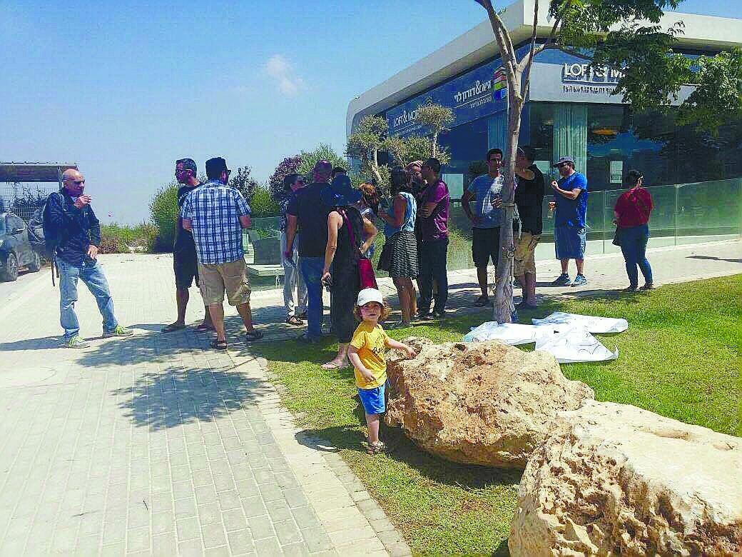 הפגנה כנגד קווי המתח במתחם A. צילום: באדיבות התושבים