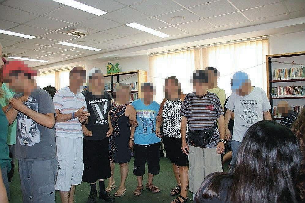 תלמידי חטיבת גוונים מראש העין עם דיירי כפר בני ציון