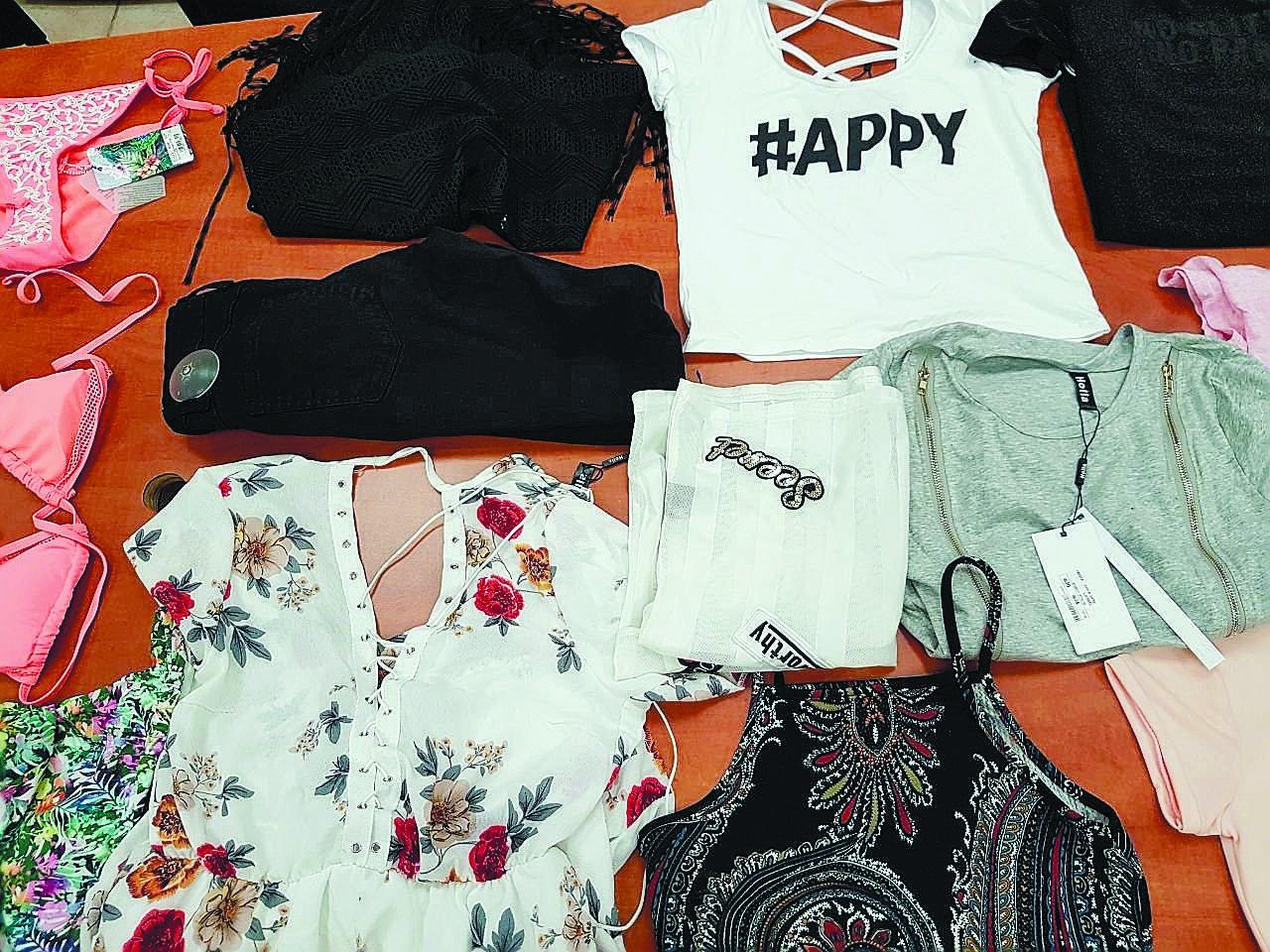 בגדים שנתפסו על ידי משטרת פתח תקוה אצל הנערות