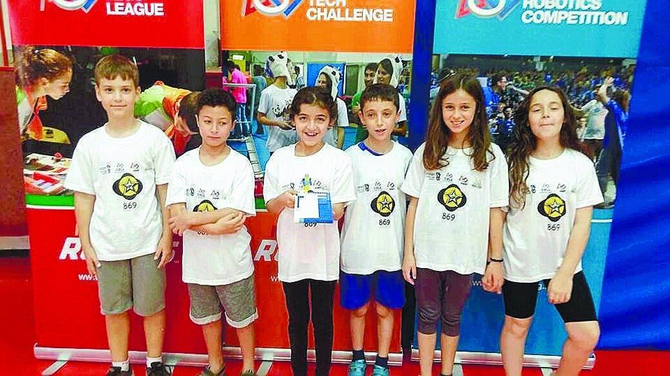 נבחרת הרובוטיקה של דבורה עומר. צילום: באדיבות בית הספר