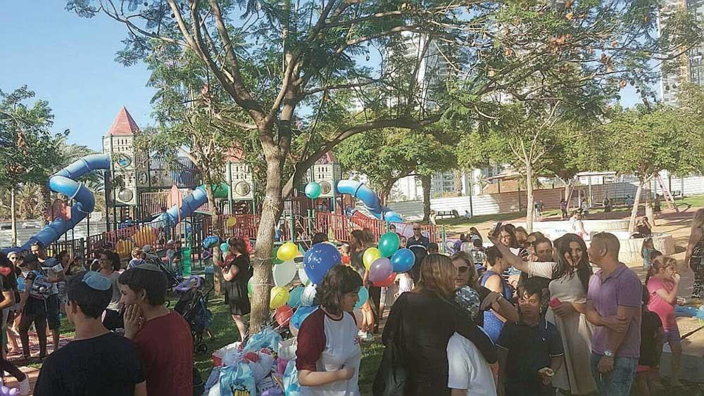 תושבי פתח תקווה חוגגים יום הולדת לאיתן חובה