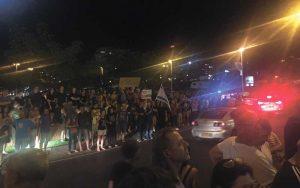 """ההפגנה במוצ""""ש בכפר גנים נגד היועץ המשפטי לממשלה. צילום שוקי הראל"""