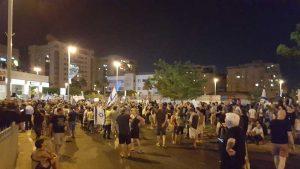 """התושבים מוסרים: """"צאו לנו מהשכונה"""". צילום דורון קורן"""
