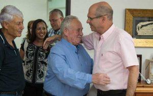שמעון גרינהויז נרגש, במשרדו של ראש העירייה. צילום לשכת דובר העירייה