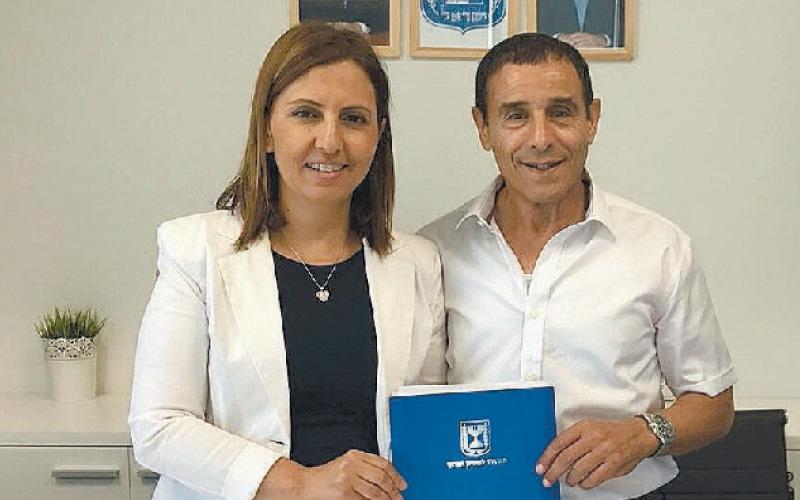 ראש העירייה עם גילה גמליאל. צילום באדיבות העירייה