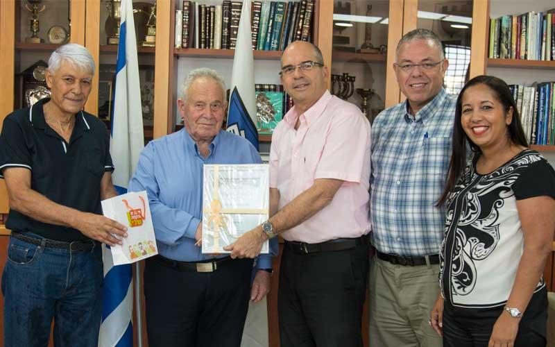 שמעון גרינהויז מקבל תעודת הערכה מראש העירייה. צילום: דוברות העירייה