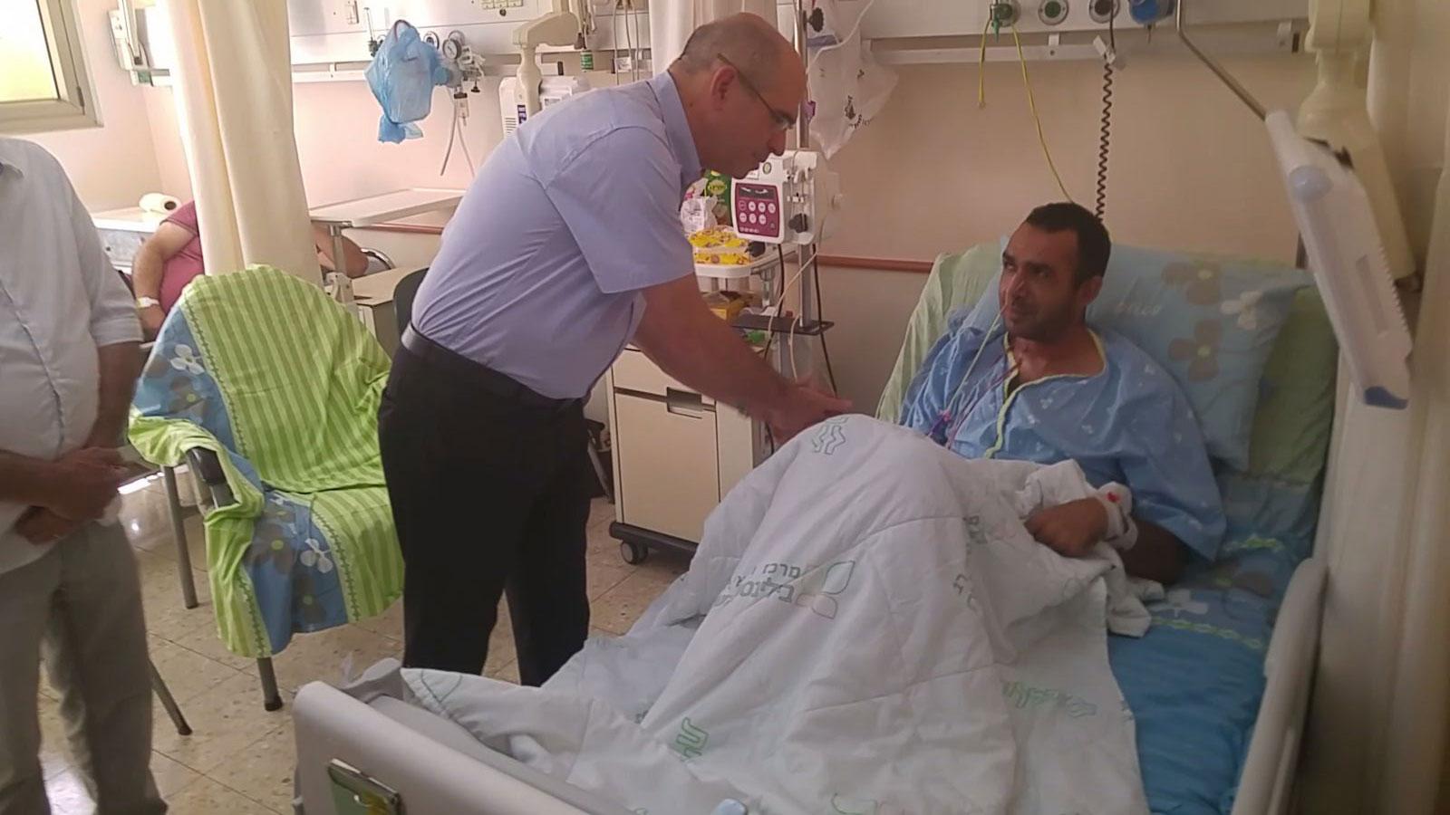 ראש העירייה מבקר את הפצוע בפיגוע