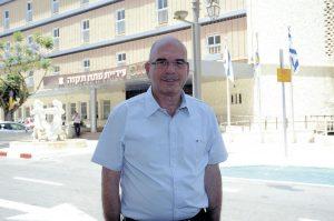 איציק ברוורמן על רקע בניין העירייה. צילום זאב שטרן