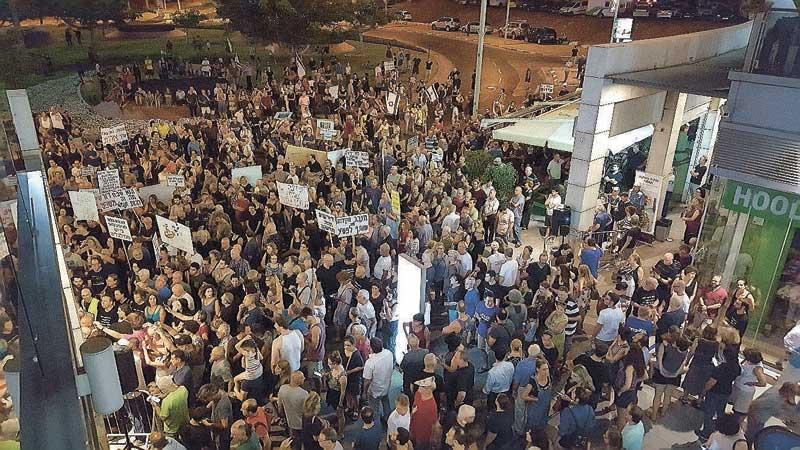 הפגנה בקרבת ביתו של היועץ המשפטי לממשלה. צילום דורון קורן