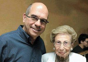 סבתא מקבלת תעודת אשת השנה של ארגון הליונס מראש העיר