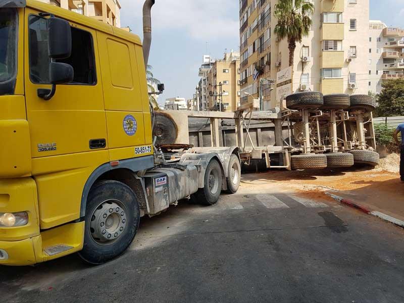 עגלת המשאית שהתהפכה הבוקר