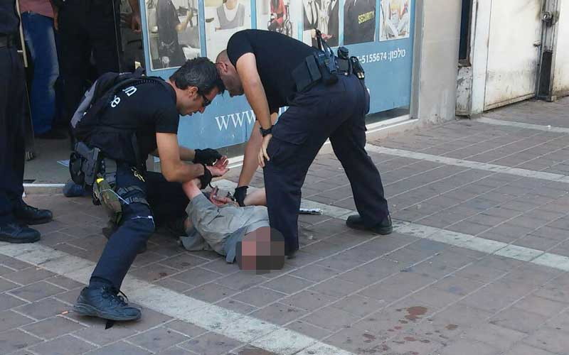 המשטרה עוצרת אדם ברחוב פינסקר בפתח תקווה