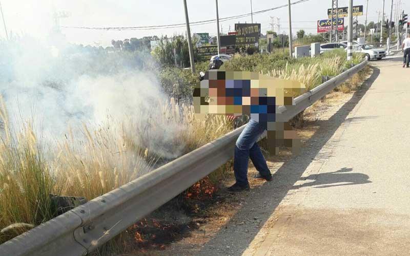 החשוד נתפס במצלמה. שריפת קוצים סמוך לפתח תקווה. צילום באדיבות משטרת ישראל