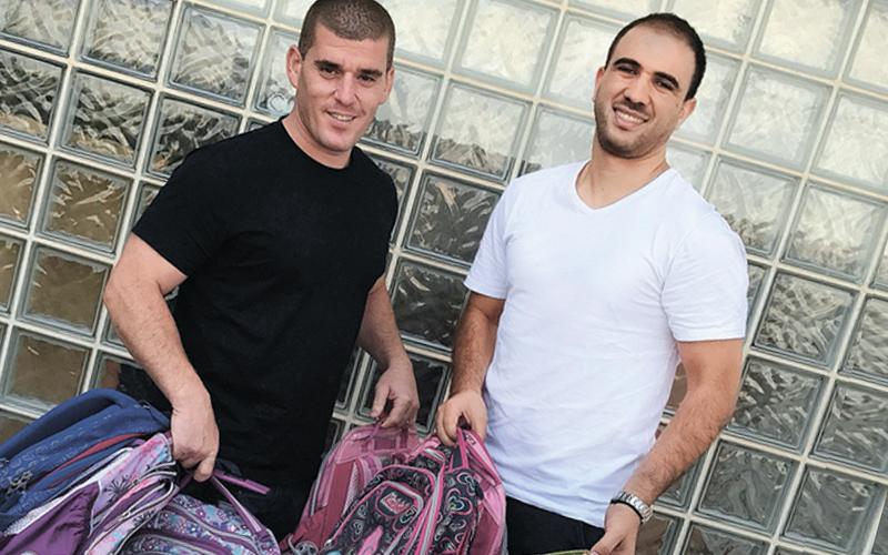 רון כץ (מימין) עם התיקים