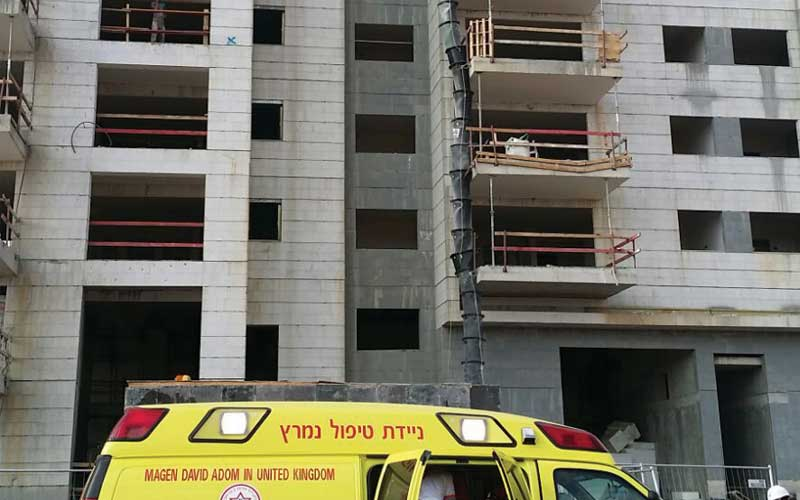 """הבניין ממנו נפל הפועל אל מותו. צילום באדיבות מד""""א"""