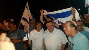 דוד ביטן וחברים בהפגנה הערב. צילום טל סרוסי