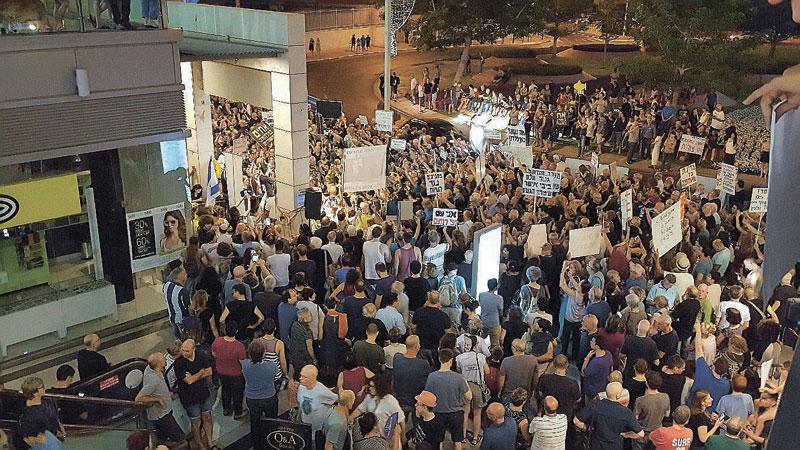 הפגנה בסמיכות לביתו של מנדלבליט. צילום: דורון קורן