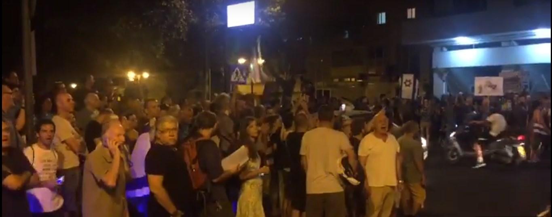 ההפגנה הערב מול בניין המשטרה. צילום:צביקה שטרן