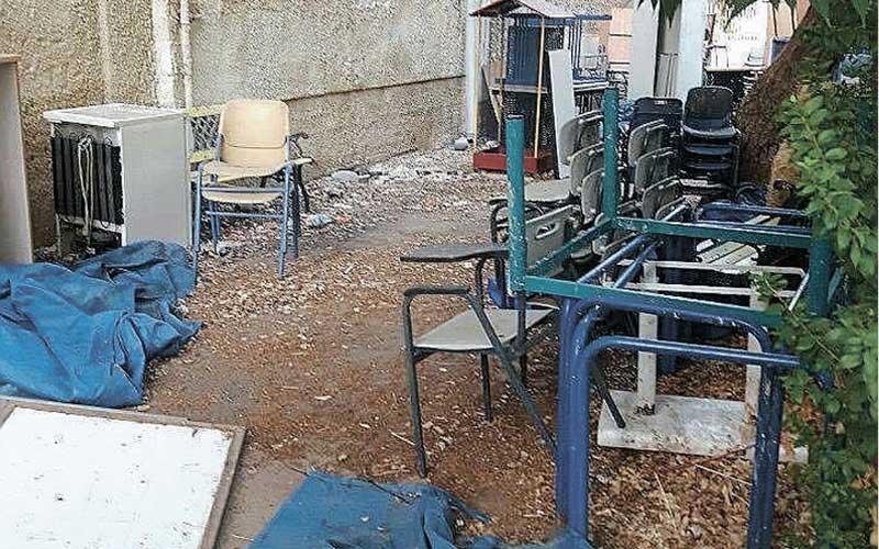 פסולת בחצר האחורית של בית הספר הוברמן בפתח תקווה