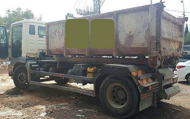 המשאית שהשליכה פסולת בניה. צילום באדיבות העירייה