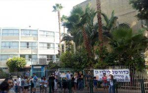 הורים בכניסה לבית הספר שיפר הבוקר