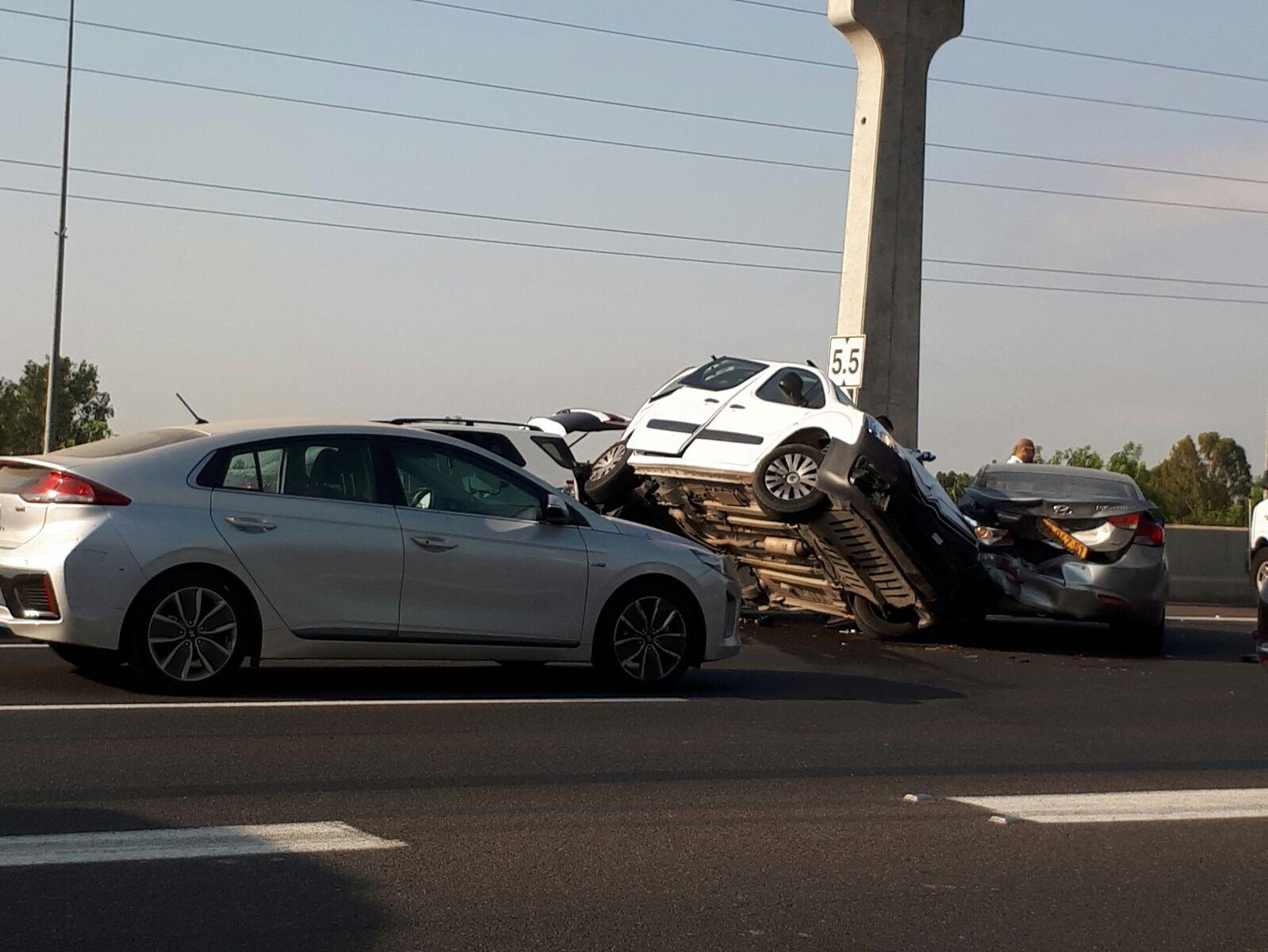 זירת התאונה הבוקר סמוך לשכונת עמישב. צילום: אלי סלושץ