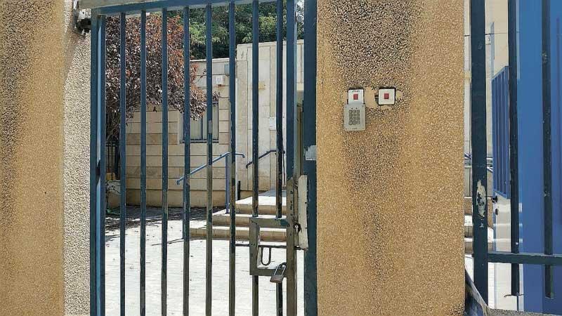 הגן באם המושבות. ללא מאבטח ושער פתוח