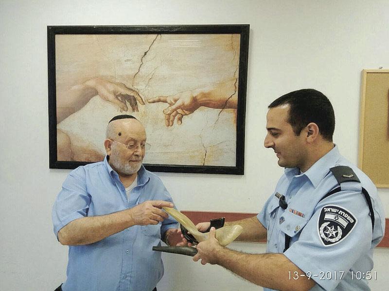 השופרות מוחזרים לגבאי בית הכנסת. צילום באדיבות המשטרה