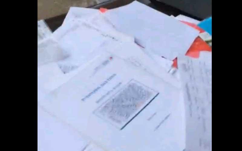 צילום מסך מתוך הסרטון על מסמכים בעיריית פתח תקוה שנמצאו מושלכים ברחוב