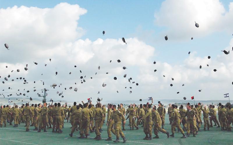אילוסטרציה חיילים זורקים כומתאות באויר. צילום תומר אפלבאום