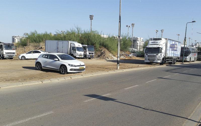 המשאיות בחנייה המאולתרת סמוך לשכונת אם המושבות. צילום טל סרוסי