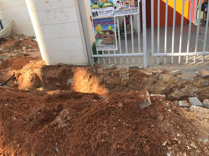 השער החסום בשל עבודות בזק בסמוך לגן לילית. צילום באדיבות ההורים