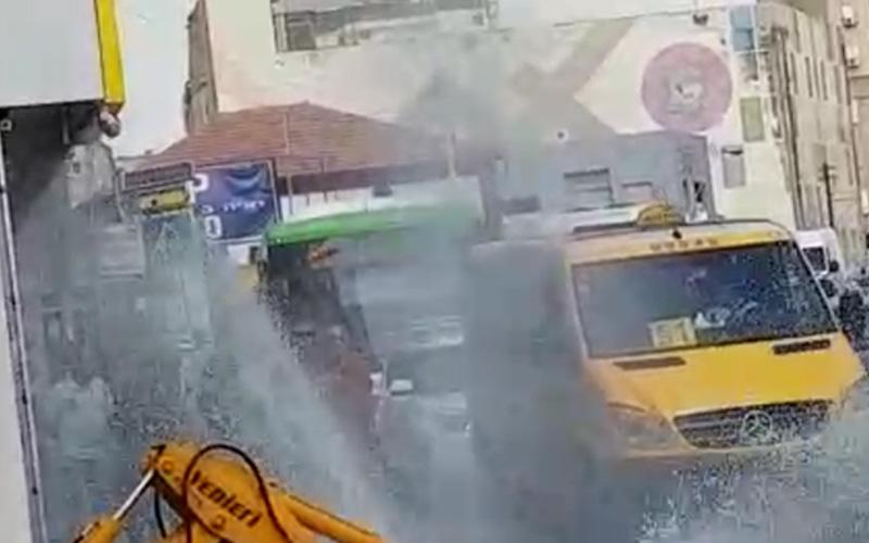 פיצוץ מים ברחוב בר כוכבא. צילום מאיר חנניה