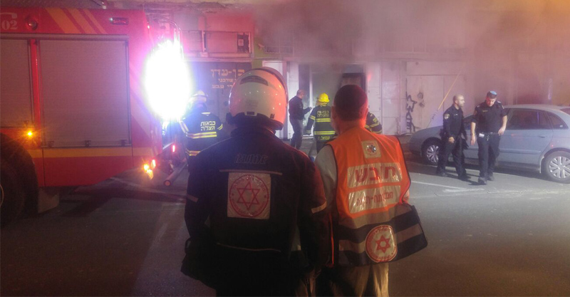 לוחמי האש מטפלים בשריפה ברחוב גולדן. צילום: דוברות שירותי כבאות