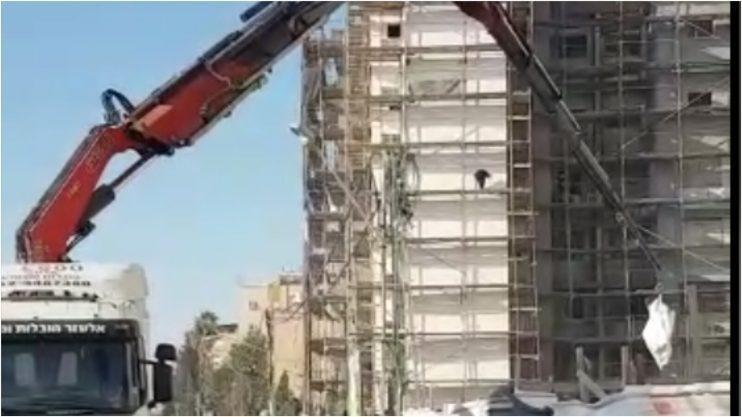 משאיות באתר הבנייה סמוך לבית הספר אמיר. צילום באדיבות ההורים