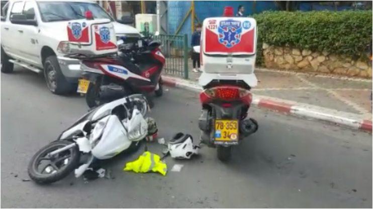 תאונה בין אופנוע למונית ברחוב פרנקפורטר בפתח תקווה. צילום איחוד הצלה