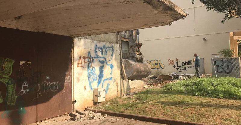 דחפורים הורסים את בית הפועל. צילום רמי לוי