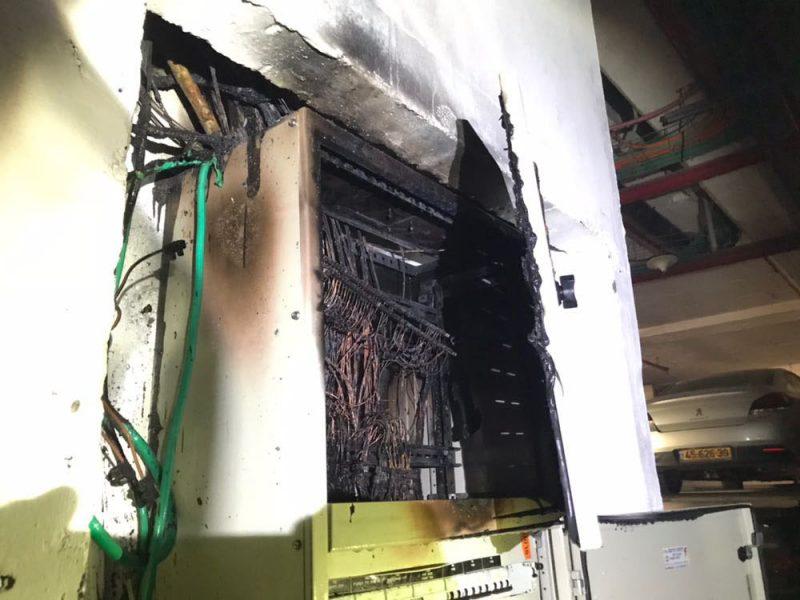 ארון החשמל השרוף בבניין. צילום באדיבות כיבוי אש