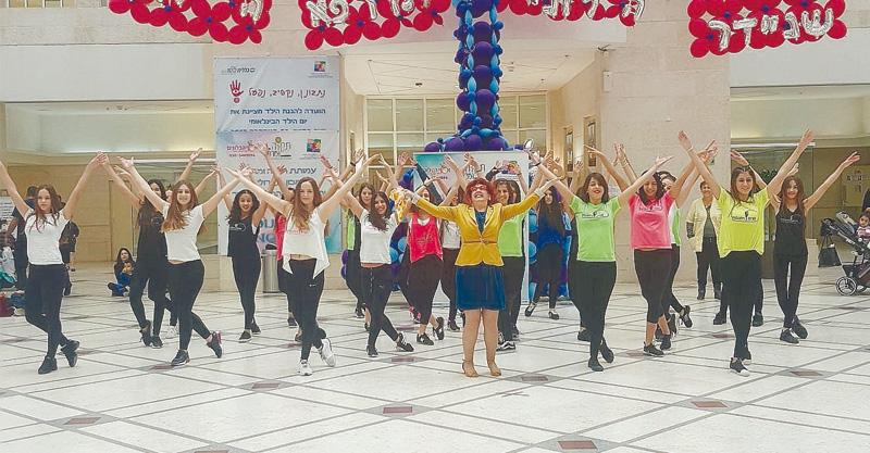רקדניות הסטודיו של חגית ויחנסקי במהלך ריקוד הפלאש מוב