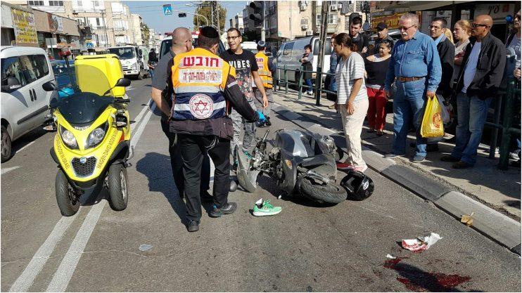 רוכבת אופנוע נפגעה מרכב ברחוב בר כוכבא בפתח תקוה. צילום דוברות הצלה פתח תקווה