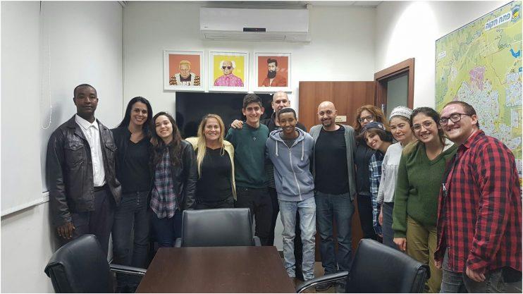 המועמדים צור הנדל, ראובן טגניה ויובל סלופסקי ובני משפחותיהם. צילום באדיבות אגף הנוער העירוני