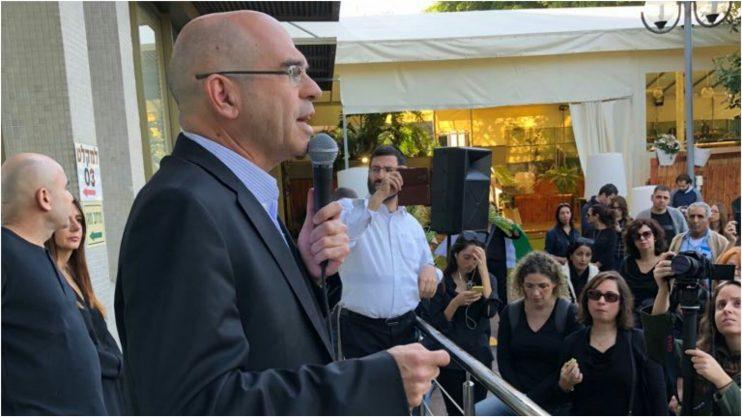 ראש העיר איציק ברוורמן הגיע לפני זמן קצר להפגנת העובדים והביע תמיכה במאבקם צילום: שי גרוסמן