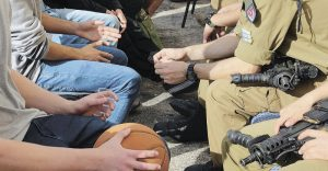 """מפגש תלמידי תיכון אדר עם לוחמי יחידת יעל. צילום דובר צה""""ל"""