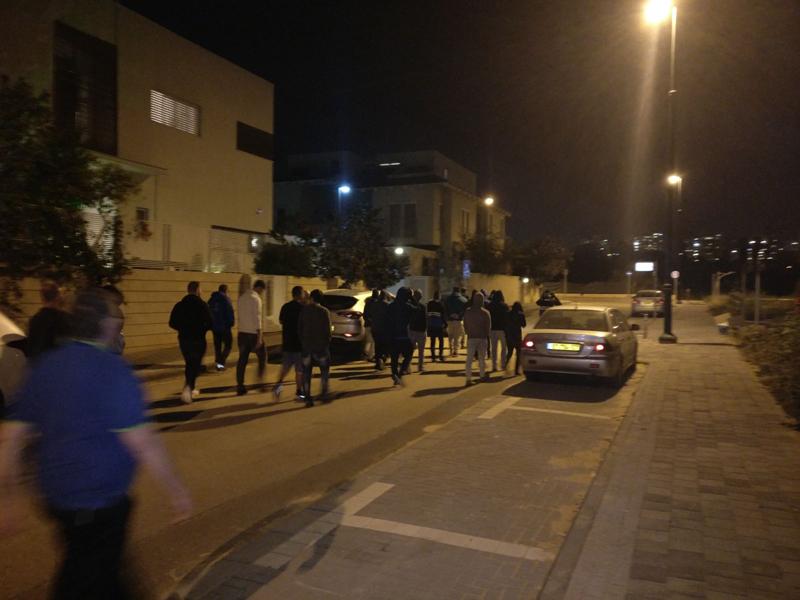 הפגנה אוהדי הפועל מחוץ לביתו של דורון גלנט