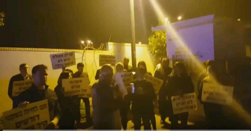 הפגנת תושבי קרית מטלון מול ביתו של ראש העירייה, איציק ברוורמן. צילום באדיבות התושבים