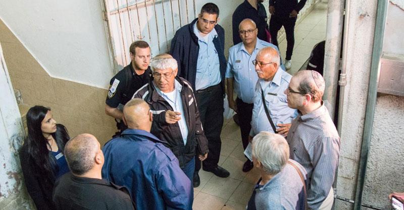 צוות אנשי הפיקוח בסיור במרכז העיר צילום באדיבות עיריית פתח תקוה