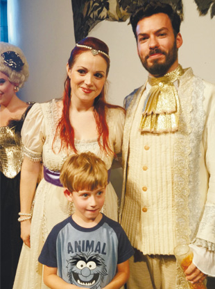 אבישי עם הזמרים בשעת אופרה לילדים