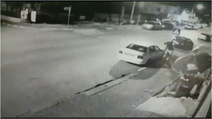הנער משחית את מראות הצד. צילום ממצלמות האבטחה באדיבות המשטרה